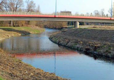 """Wspólnie posprzątajmy brzegi przy moście """"Białobrzeskim"""" i wzdłuż ul. Mostowej, aż po Lubatówkę"""
